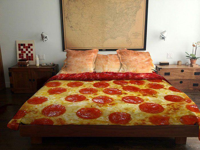 оригинальный дизайн постельного белья Pizza bed от Claire Manganiello