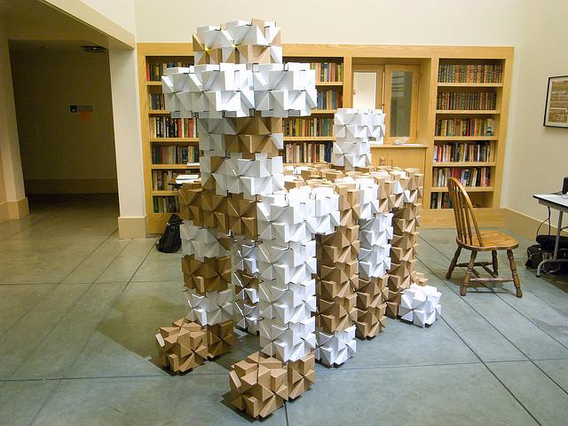скульптура из картонных блоков