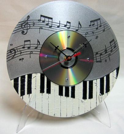 Для изготовления поделок из кусочков CD вам нужно аккуратно разделить на осколки несколько дисков.