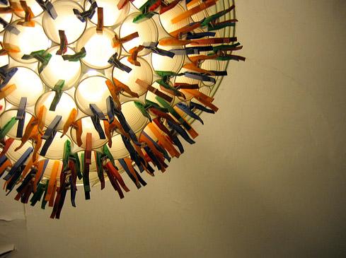 лампа из пластиковых стаканчиков и прищепок