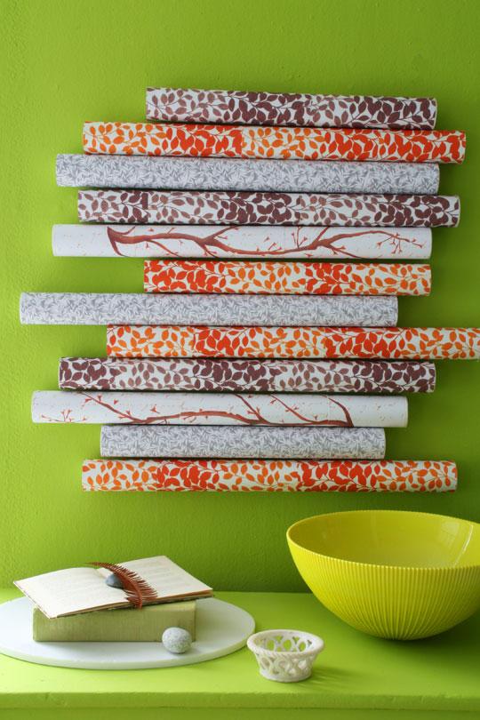 декор стены рулонами бумаги