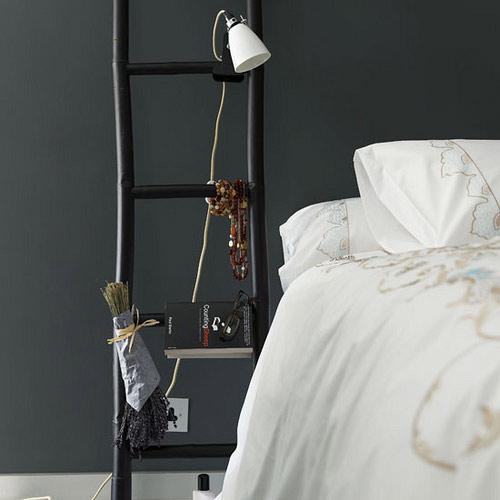 стремянка в изголовье кровати