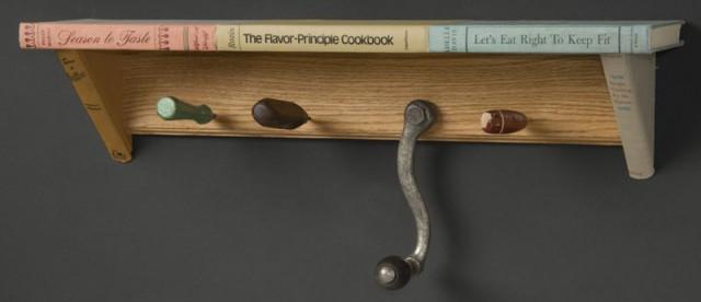 книжные полки из книг с вешалкой