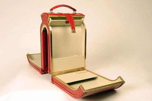 красный чемодан внутри