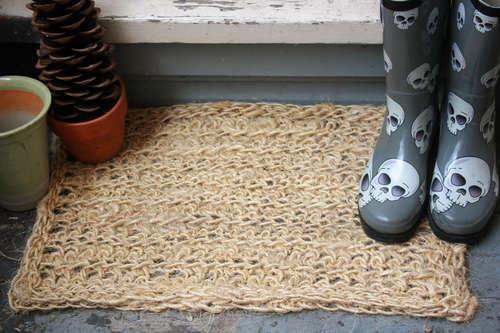 сделать покупку вязаный коврик у входной двери что