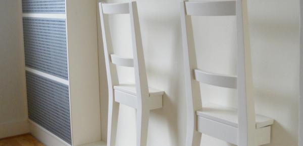 Стулья в стене: удобное место вешать одежду