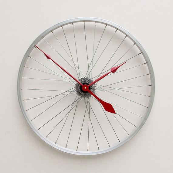 Часы из колеса своими руками