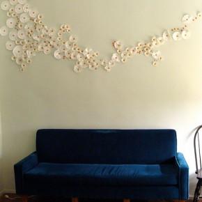Поле ромашек: бюджетный декор стены своими руками