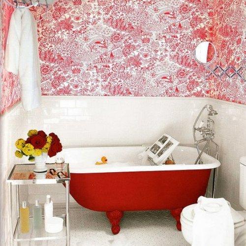 Дизайн ванной комнаты с обоями и плиткой