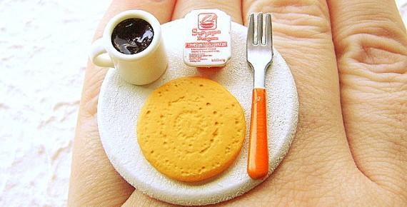 Необычные кольца: миниатюрная еда на пальце