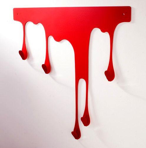 настенная вешалка в виде пятна крови