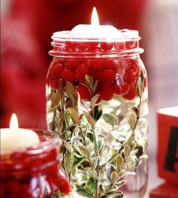"""Плавающие свечи -  """"таблетки """" поместите в высокие стаканы или банки с водой, в которых уже находятся головки цветов..."""