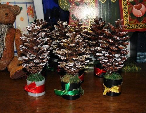 Интересная новогодняя инсталляция, ёлочка из шишек для оформления праздничного стола.  1. Шишки, подсвечники, ведёрки...