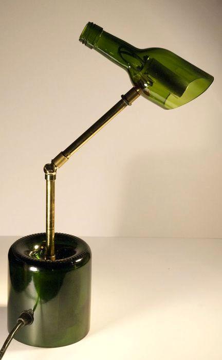 настольная лампа из стеклянных бутылок