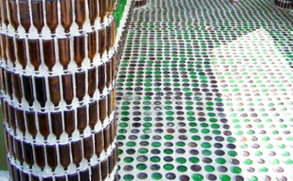 стена и пол из стеклянных бутылок