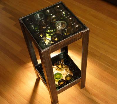 декор табурета стеклянными бутылками