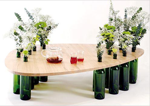 низкий столик из стеклянных бутылок