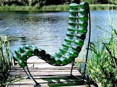 стул из стеклянных бутылок
