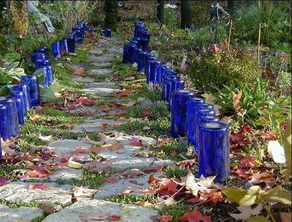 декоративная ограда из стеклянных бутылок