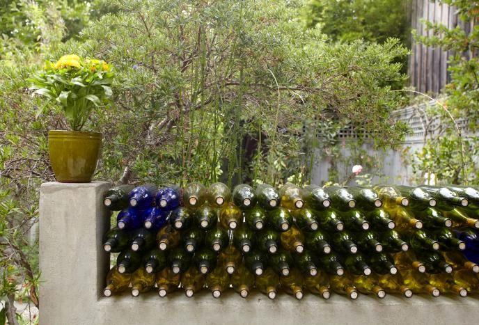 декоративная ограда из винных бутылок