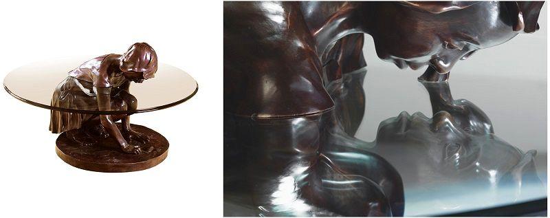 стол со скульптурой девочки