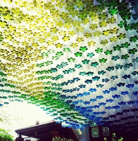 разноцветный навес из пластиковых бутылок
