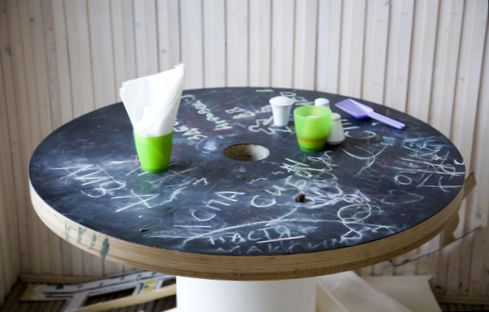 стол из катушки с грифельным покрытием