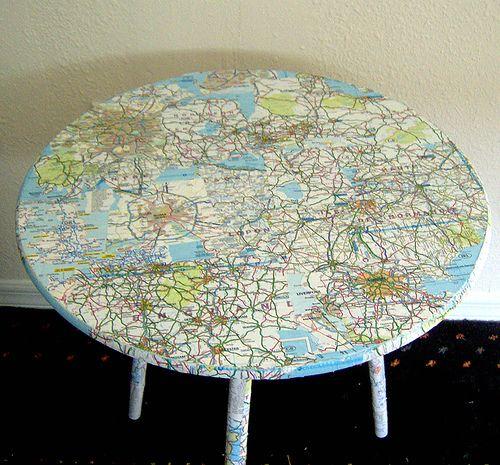 стол с географической картой