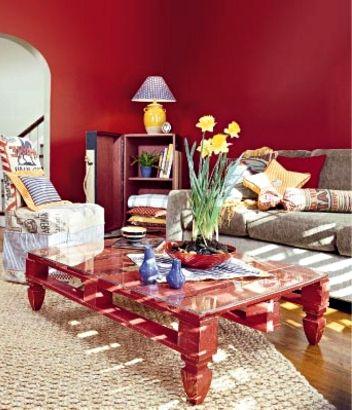 красный журнальный столик из поддонов