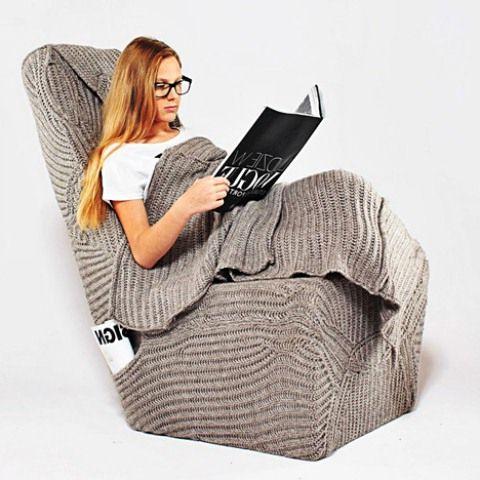 кресло с вязаным чехлом и покрывалом
