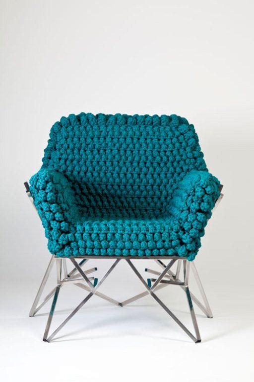 яркая вязаная обивка кресла