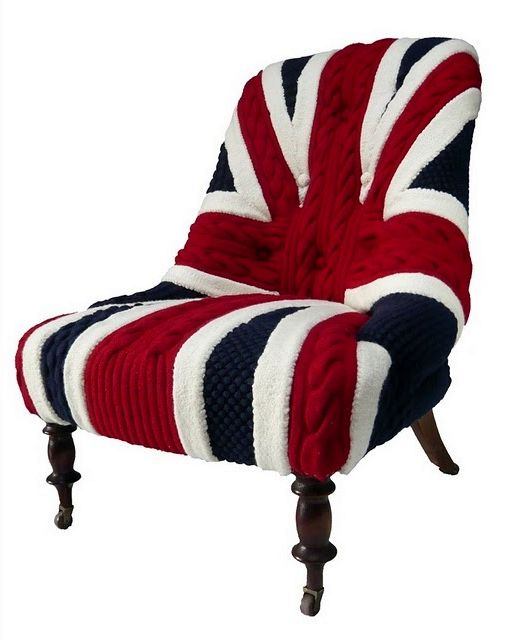 связанный на кресло чехол в виде британского флага