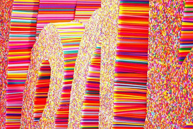 инсталляция из пластиковых трубочек