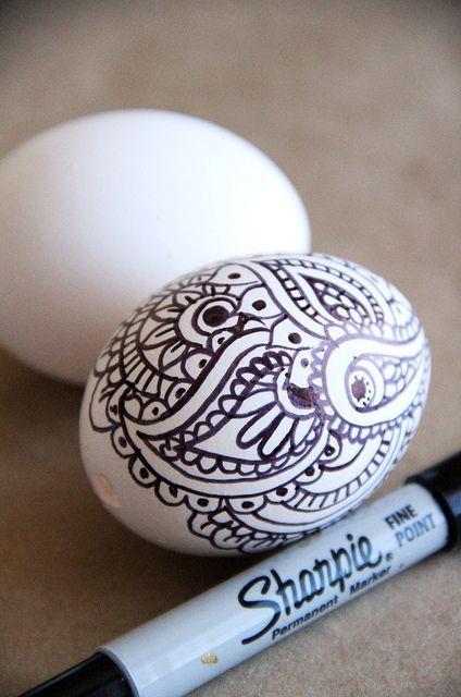 роспись пасхальных яиц черным маркером