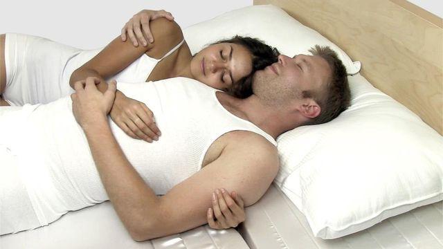 удобный матрас для обнимающейся пары