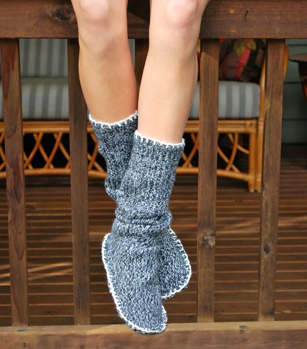 Теплые домашние тапочки своими руками из свитера