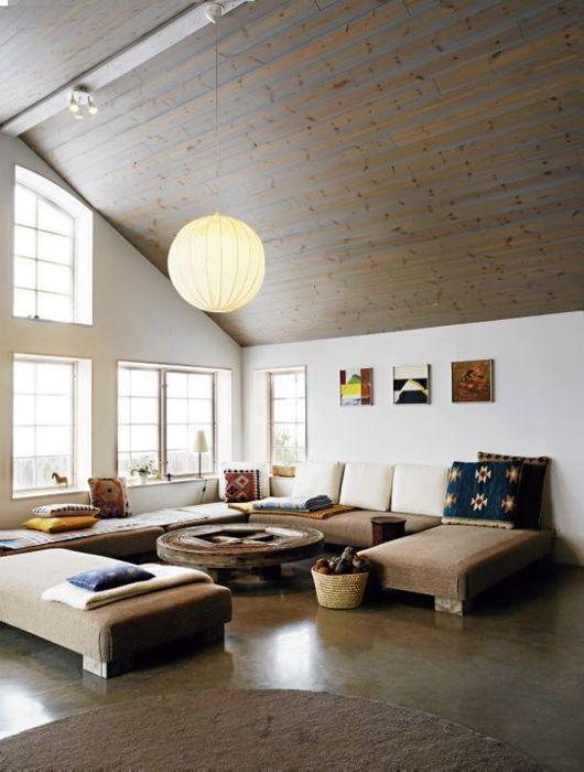 интерьер гостиной на чердаке в скандинавском стиле