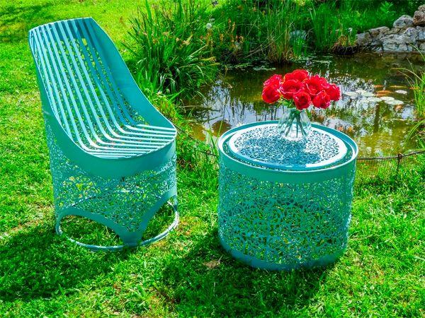 бирюзовые кресло и стол из бочек для дачи