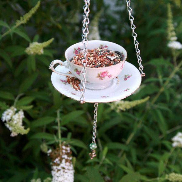 подвесная кормушка для птиц из чашки и блюдца