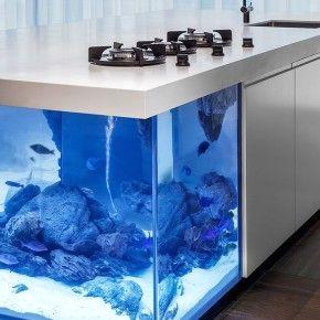 Океаническая кухня с аквариумом от Kolenik Design