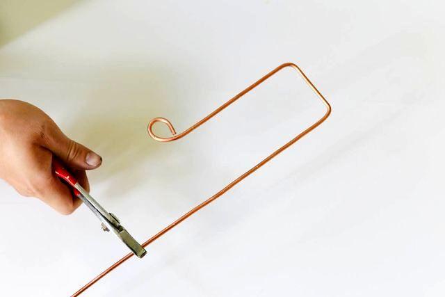 процесс создания вешалки на дверь из проволоки своими руками