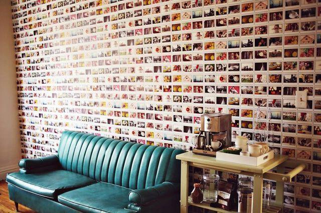 Декор стены в комнате фотографиями