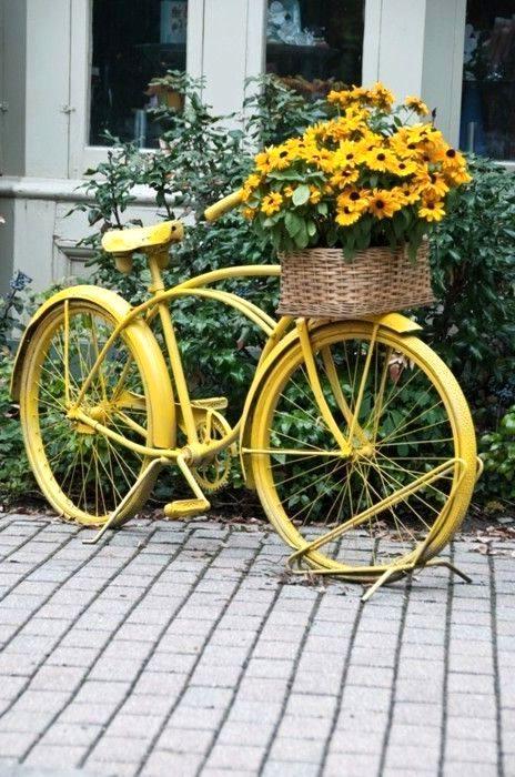 старый велосипед как декор сада