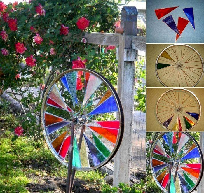 велосипедные колеса с цветными стеклами как декор сада и дачи
