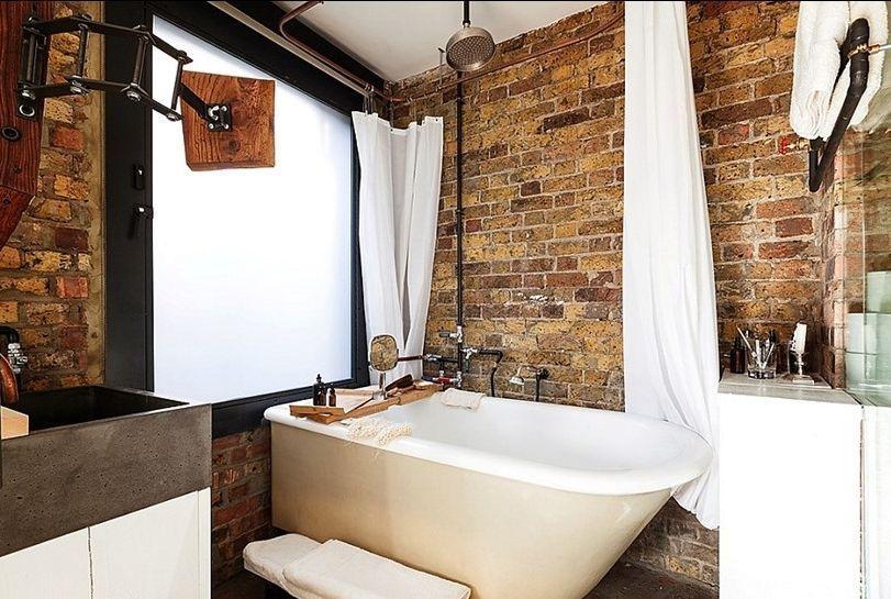 ванная комната в индустриальном стиле с кирпичной стеной
