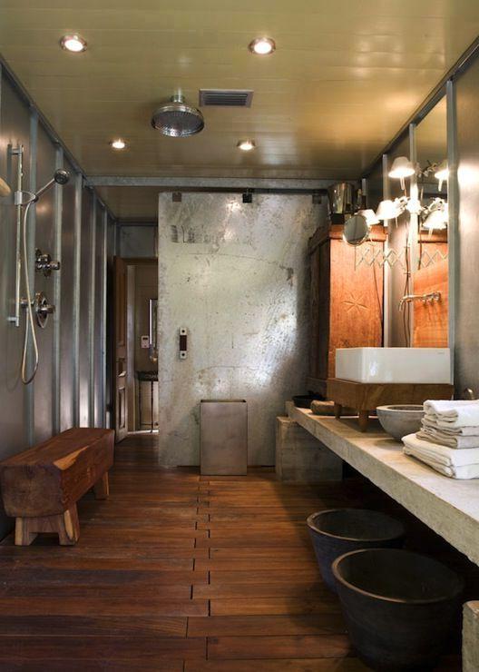 интерьер ванной в индустриальном стил с металлической дверьюе