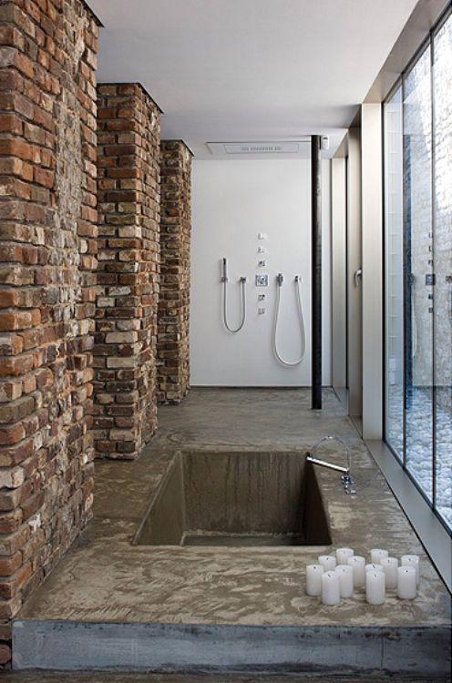 интерьер ванной комнаты в индустриальном стиле с кирпичными колоннами