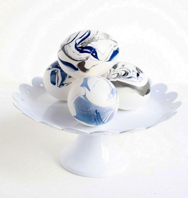 сине-белые мраморные пасхальные яйца своими руками
