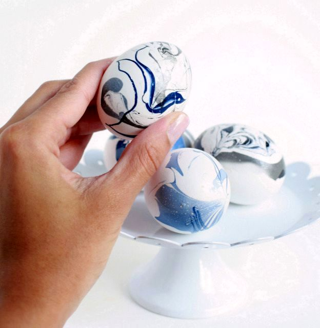роспись пасхальных яиц с эффектом мрамора