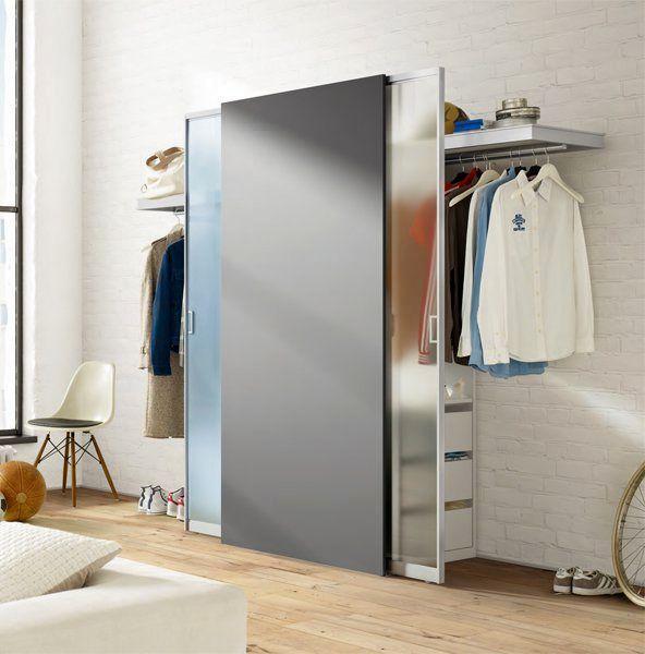 малк=енькая гардеробная вдоль стены в комнате